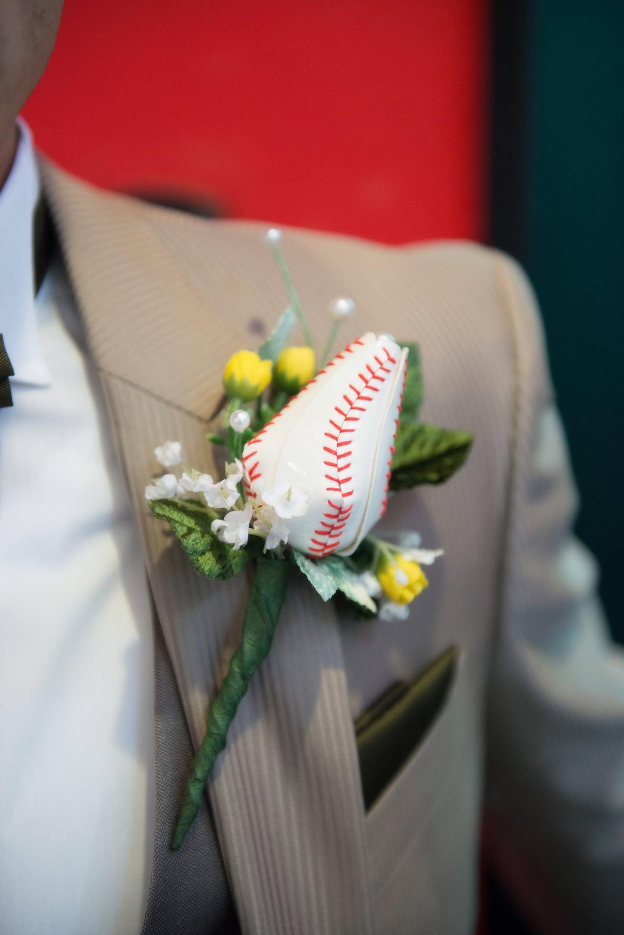 野球のボールをイメージしたブートニアは新婦お母さまの手作り